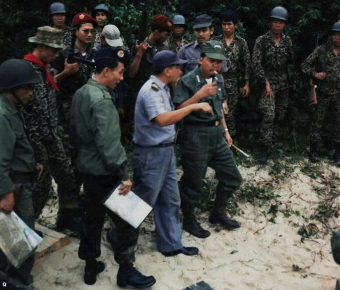 HQ Trung ta Ho Van Ky Thoai huong dan Tuong Nguyen Khanh den vi tri tau cho vu khi cua csbv bi bat tai Vung Ro nam 1965