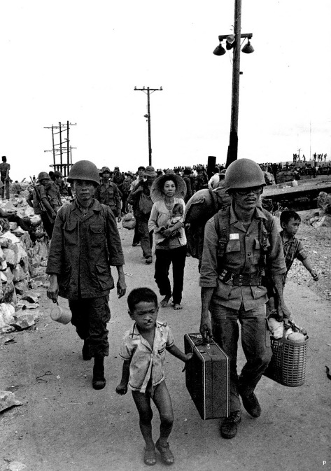 Quan nhan va dong bao di tan thang 4 nam 1975 .jpg