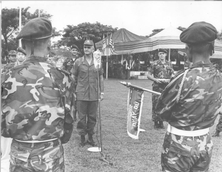 Tuong Westmoreland trao tang huy chuong tong thong Hoa Ky PUC len hieu ky tieu doan 8 nhay du .jpg