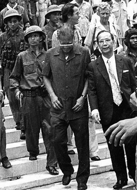 Tong thong Duong Van Minh va Thu tuong Vu Van Mau bi quan cong san bac viet dan ra khoi dinh doc lap ngay 30 thang 4 nam 1975 jpg.jpg