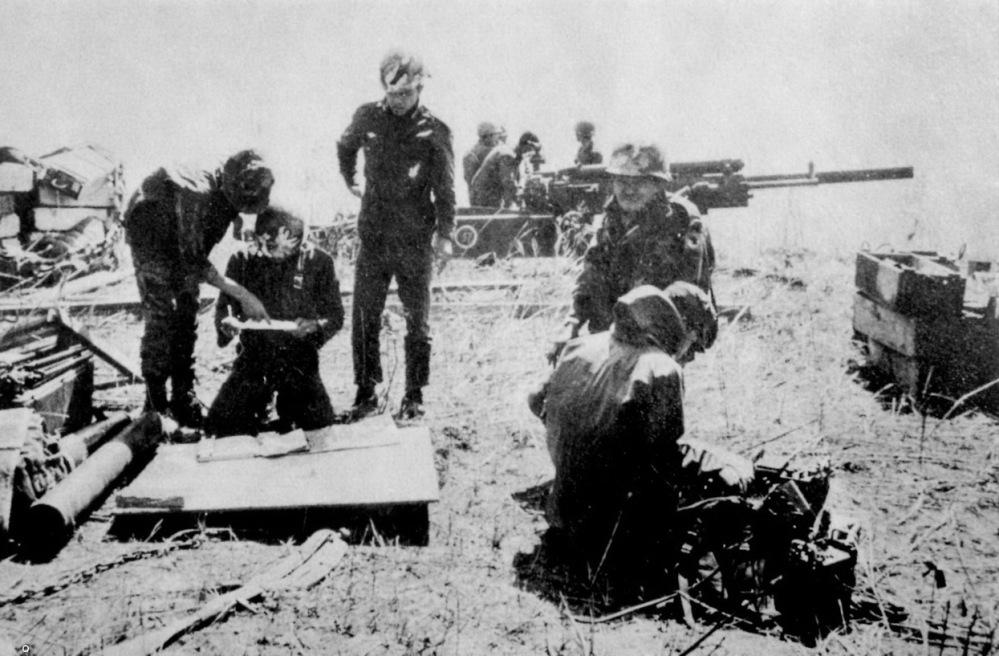 Phao binh nhay du tai Lao nam 1971..jpg