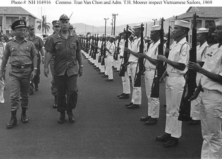 De doc Tran Van Chon va Do doc TH Moorer thanh tra mot don vi HQ nam 1969 .jpg